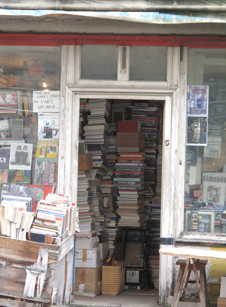 The hoarder's bookstore in Paris AM
